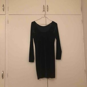 En mörkblå tight klänning. Storleken är XS men funkar på mig som brukar ha S/M. Den är så tajt att den formar sig på kroppen men inte sitter obekvämt. Väldigt töjbar.