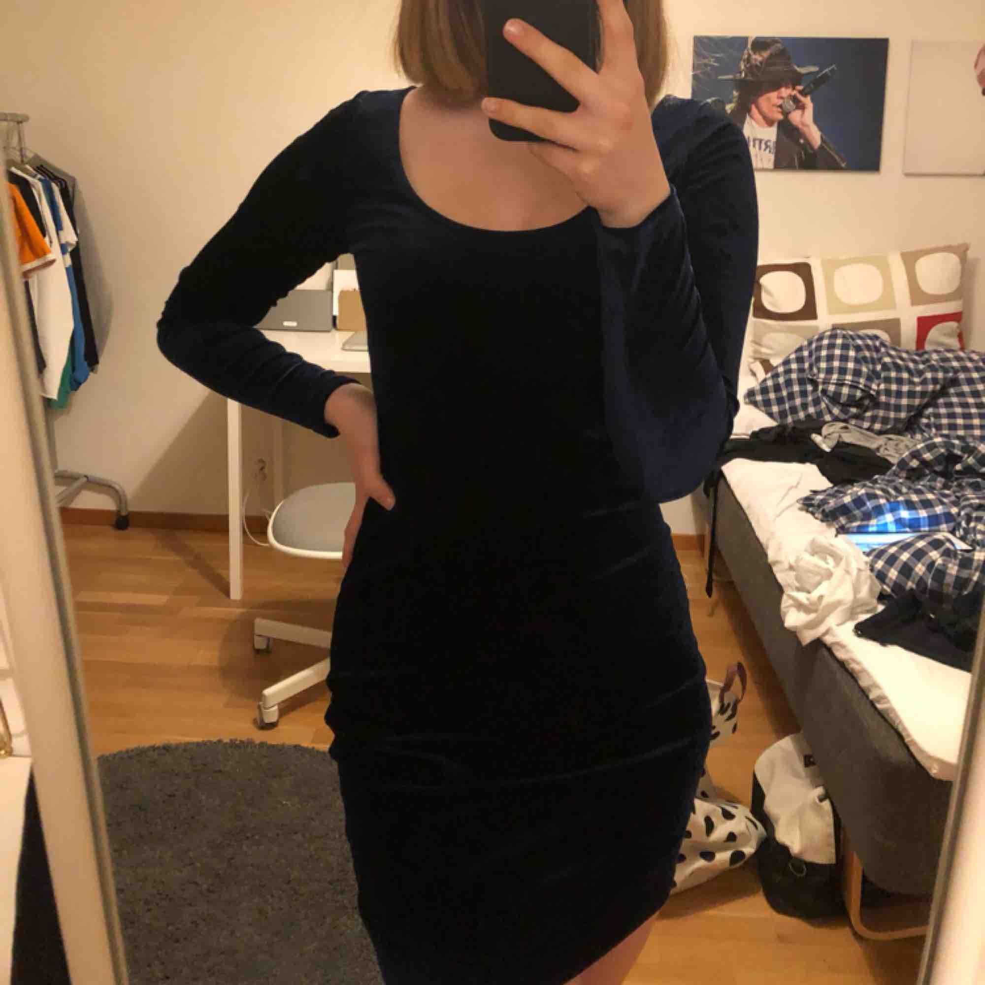 En mörkblå tight klänning. Storleken är XS men funkar på mig som brukar ha S/M. Den är så tajt att den formar sig på kroppen men inte sitter obekvämt. Väldigt töjbar.  . Klänningar.