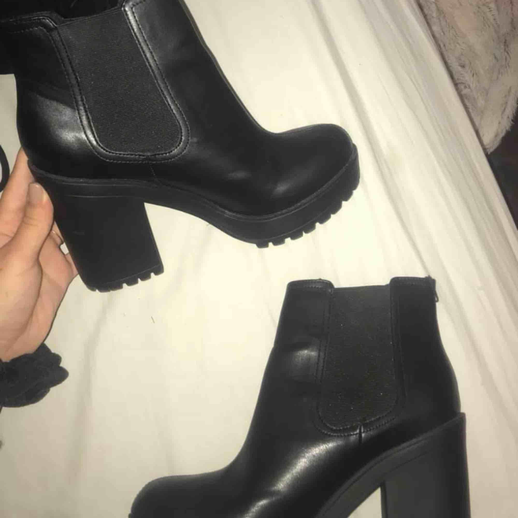 Boots från divided i storlek 40 som tyvärr aldrig komma till användning. Bara använda 3 gånger så inget slitage och fint skick! Köparen står för frakt☺️. Skor.