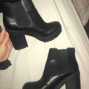 Boots från divided i storlek 40 som tyvärr aldrig komma till användning. Bara använda 3 gånger så inget slitage och fint skick! Köparen står för frakt☺️