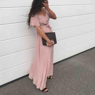 Säljer min balklänning, endast använd vid ett tillfälle. Jättefin färg, tyg med ett fint fall. Klänningen passar både folk som har en större och mindre storlek i vanliga fall då det går att reglera i midjan. Köpt på Nelly i år.