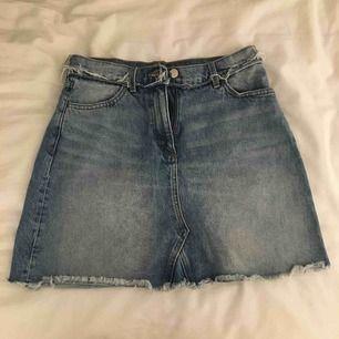 Snygg jeanskjol från MONKI.  Använd fåtal gånger och är i bra skick utan skador.  Passar även storlek 38