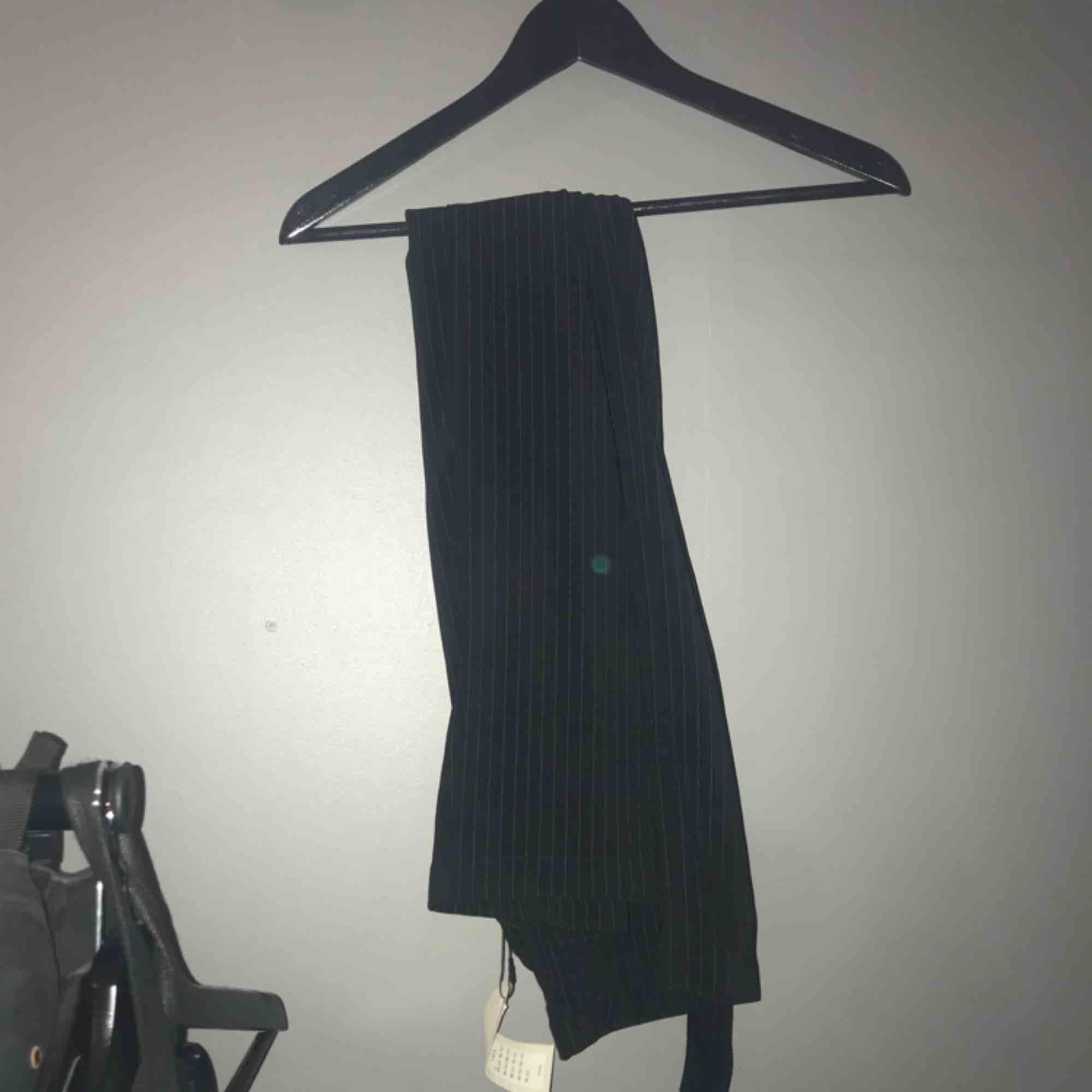 Svarta raka och långa kostymbyxor från ASOS, helt oanvända. Köparen står för frakt 🥰 ber om ursäkt för dåliga bilder, hör av er så kan jag skicka bättre!. Jeans & Byxor.