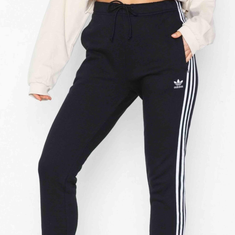 Säljer mina svara med vita ränder Adidasbyxor. Skit snygga men tröttnat på dom. Hyfsat bra kvallete. Jeans & Byxor.