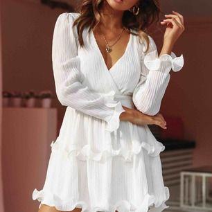 Helt ny klänning från Dennis Maglic, aldrig använd då den inte passar mig. Bilder kan skickas vid förfrågan. Originalpris 799:-