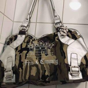 Stor camo Friis&Company väska i fint skick. Längd ca 49cm, höjd ca 29cm, bredd ca 13cm.