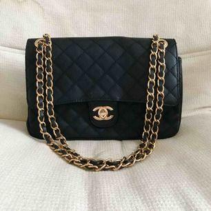 Chanel väska, ej äkta! Dragkedja inuti fungerade inte går lätt att fixa.  Möts helst upp i Stockholm.