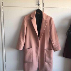 Pudrrrosa kappa från Zara. Storlek XS (passar XS/S). Nypris: 1600kr