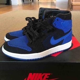 Jag säljer ett par helt oanvända Nike Jordan 1 flyknit. Nyligen köpta men inte kommit till användning. Helt nya med box!