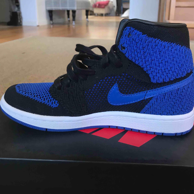 Jag säljer ett par helt oanvända Nike Jordan 1 flyknit. Nyligen köpta men inte kommit till användning. Helt nya med box!. Skor.