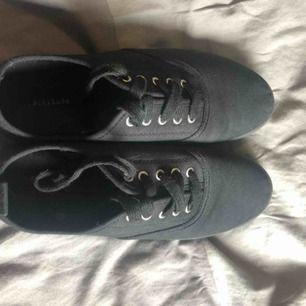 Svarta snygga simpla skor storlek 37. De är endast använda en gång utomhus så de är i fint skick. Kan mötas upp eller frakta, köparen står för frakt.