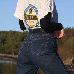 Ett par 550 från Levis! Relaxed fit så sitter ganska baggy, som skate jeans. De är high waisted och extremt bekväma passar allt från XS-L beroende på hur baggy man vill ha dem. De är långa på mig som är 175 men de går ju att klippa av för en sliten look.