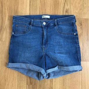 Blåa jeansshorts i modellen Molly från Gina tricot!☀️☀️ nästan aldrig använda! Mycket fint skick! Nypris 249kr