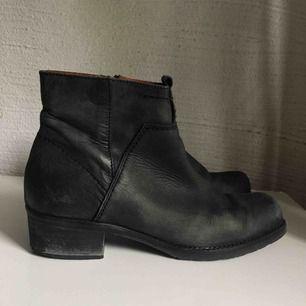 """Skor från Scorett. Har några slitningar och det står """"Isabelle"""" inuti dem. Frakt ingår! (Frakten ligger på över 100kr)🌼"""