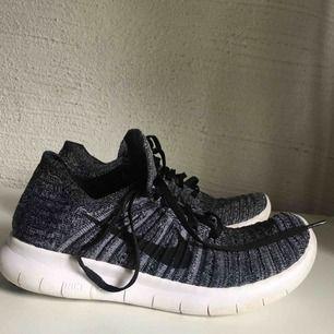 Springskor från Nike. I fint skick förutom att de har slitningar som synd på den andra bilden. Köpta på Nikes egna hemsida för 1100kr🌼Gratis frakt