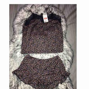 Helt oanvänd pyjamas-set från HM med fint mönster och skönt kvalité.  Säljs pga för liten i storleken, passar en person i storleken XXS - XS