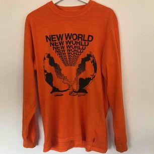 Orange Vailent tröja från Carlings. Ljuset var bakom mig vilket bilda ett ganska mörkt orange ljus men den är ljusare orange i verkligheten (kan skicka bild om det önskas). 100kr +frakt 💗