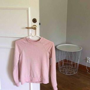 Rosa hoodie/sweater, använd 3 ggr, original pris: 200kr, väldigt bra skick, fraktar elr möts upp i sthlm