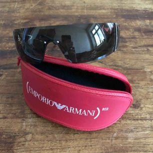 Solglasögon Emporio Armani (PRODUCT) RED - 9285 Riktigt snabba shades från Emporio Armani. Inköpta och lanserades 2006. Trevligt använt skick. Kan hämtas i Uppsala eller skickas mot fraktkostnad.