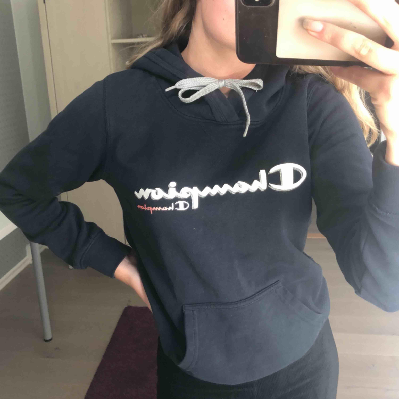 Champion hoodie i marinblå. Huvtröjor & Träningströjor.