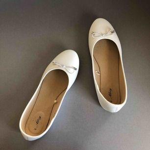 Vita ballerina skor. Använd enstaka gång, mycket fint skick! Nypris 99kr!