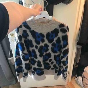 stickad leo tröja i xl men passar även från M som oversized.  tröjan ser väldigt liten ut men det endast för att bilden är tagen uppifrån