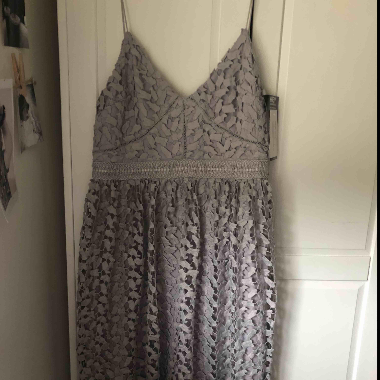 Cupcake lace dress från Nelly.com. Aldrig använd, bara provad en gång.  Säljer pga att den inte passade. Inte så stretchig över bröstet så jag skulle säga att den passar bättre någon i storlek M-L. Frakt tillkommer. . Klänningar.