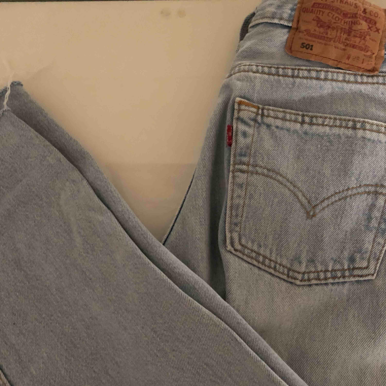 Levis 501 som jag köpte på plick! Tyvärr för små för mig. Höga i midjan o fett snygga 🥰🥰. Jeans & Byxor.