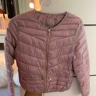 Rosa/lila jacka i storlek XS men passar även en S! I princip aldrig använd så den är i väldigt fint skick!