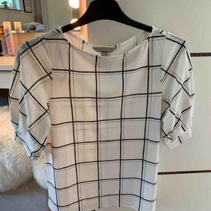 Rutig tröja i storlek XS, aldrig använd!