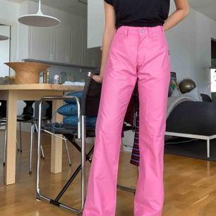 """Säljer ett par rosa, superfina byxor i ett lite """"prassligt"""" och härligt material. Köpta second hand men är i oanvänt skick! Jag säljer dessa byxor med lite av en 70-talskänsla på grund av att de är en aning stora på mig. Frakt tillkommer 🌷"""