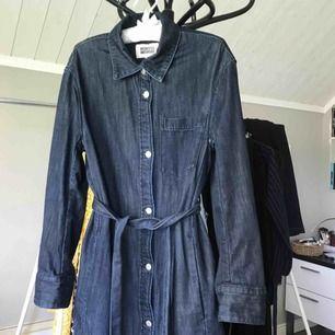 Jeanskappa från Weekday, fin som klänning också! I fint skick. Köparen betalar frakt 💕