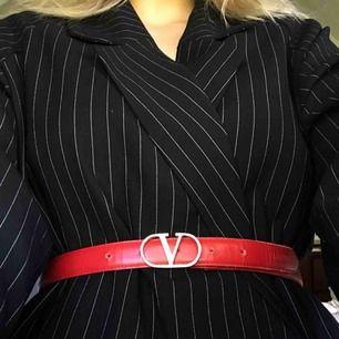 """""""Valentino"""" skärp, begagnat så inte i toppskick men inte särskilt slitet heller 😇"""