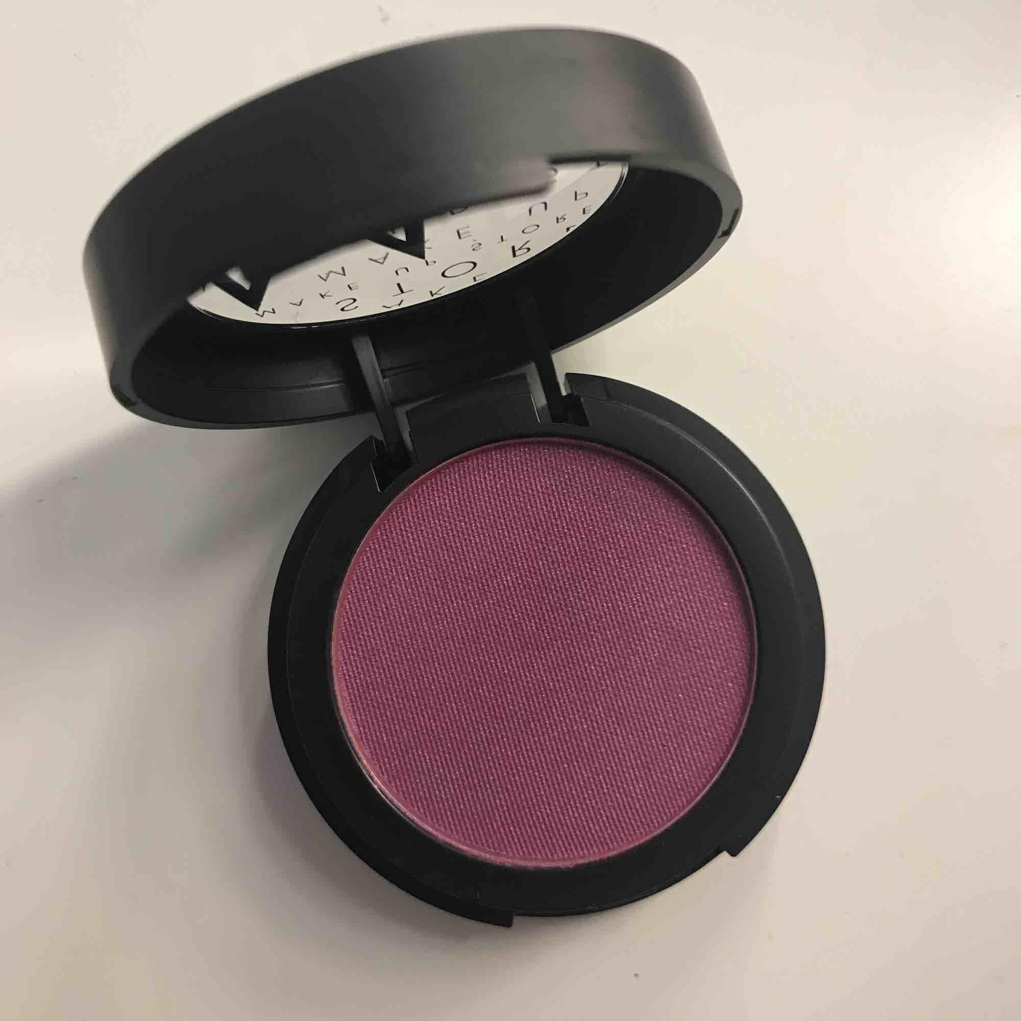 En ögonskugga från make up store i jättefin lila färg. Aldrig använd då jag inte anser att jag passar i den färgen. . Övrigt.