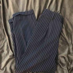 Blå kostymbyxor från Pull&Bear, stretch i midjan. Passar även en xs/s.