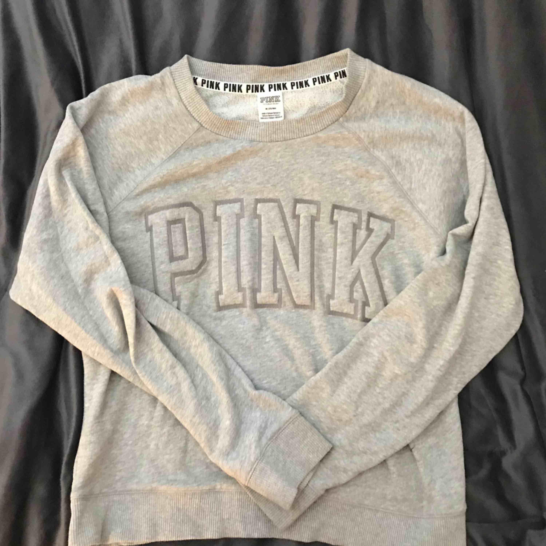 Mysigaste sweater från PINK / Victorias Secret. Knappt använd, ser helt ny ut. Nypris ligger på runt 700. Jag har vanligtvis xs/s i tröjor o den här sitter bra på mig. Huvtröjor & Träningströjor.