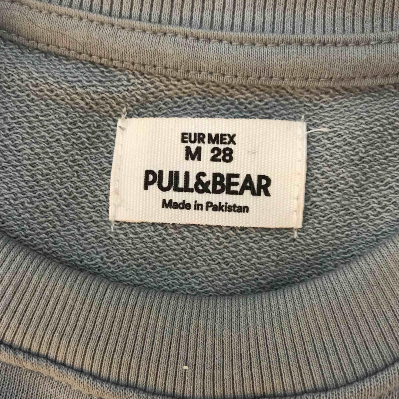 Grå blå långärmad lite croppad tröja från Pull&bear, supermysig material. . Huvtröjor & Träningströjor.