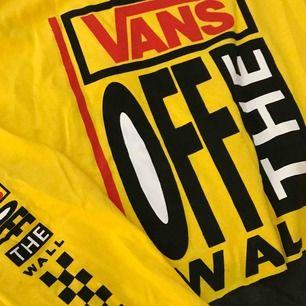 SJUKASTE croppade långärmade tröjan från Vans. Jobbigt att skiljas men passar inte i gult. Tror den använts 1 gång om ens det. Passar perfekt på en S men också större storlekar om man vill ha den mer croppad.