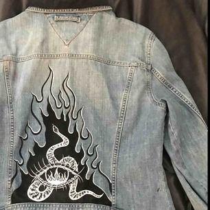 Fetaste jeans jackan med handmålad konst av mig. Behöver ett hem hos ngn som kan rocka den! Målat på en vintage Tommy Hilfiger jacka.