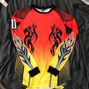 Sjuuuuuuk tröj klänning från Current Mood / Dollskill. Har reflex mönster, flames, race vibes, tribal mönster o allt annat ballt.