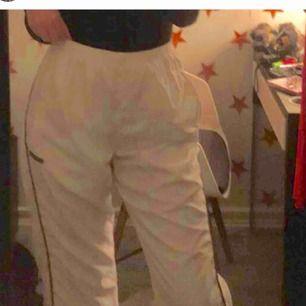 Vita Adidas trackpants i fint skick. Köpta här på plick (hennes bilder) men tyvärr lite små. Jag möts upp i Gbg eller fraktar men då tillkommer fraktkostnad (ca 65kr)❤️