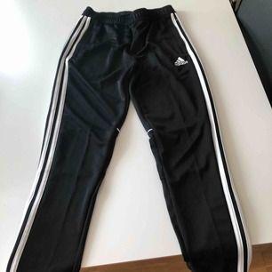 Oanvända Adidasbyxor i strl 152 säljes