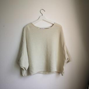 Slapp och skön beige-vit tröja med luftiga armar. Ganska kort i modellen (inte magtröja dock) Fin att ha till långkjol till exempel eller jeans (: Använd endast 2-3 gånger.