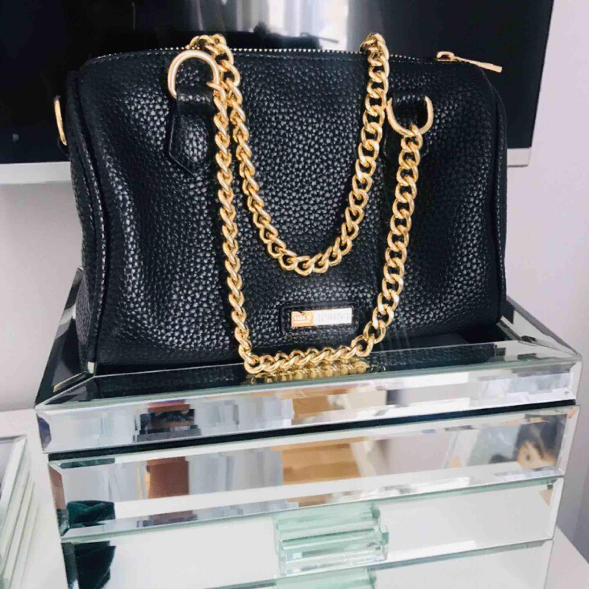 En svart liten bowlingbag med guldkedjor. Aldrig använd. 🎀. Väskor.