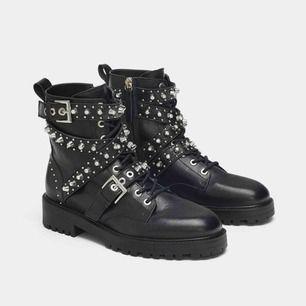 coolaste skorna från zara, använda någon enstaka gång🌟 super fint skick och snygga till allting!!💕 storlek 37 men passar även 38🌸