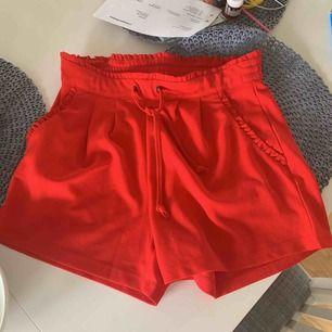 Röda Shorts från Vero Moda som är aldrig använda