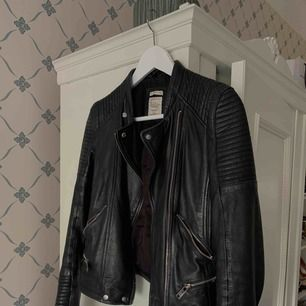 Skinnjacka från Zara med fina silver detaljer. Använd men i gott skick! Mötes upp i Stockholm, annars fraktas med  XL paket med posten 🧡 nypris 999:-