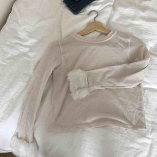 Stickad tröja med fuskpäls