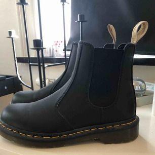 Säljer ett par Dr Martens Chelsea boots som inte kommit till användning, endast vid ett tillfälle. De är så gott som nya. Nypris ca 1800:- Det är storlek 37 men passar 36/37.