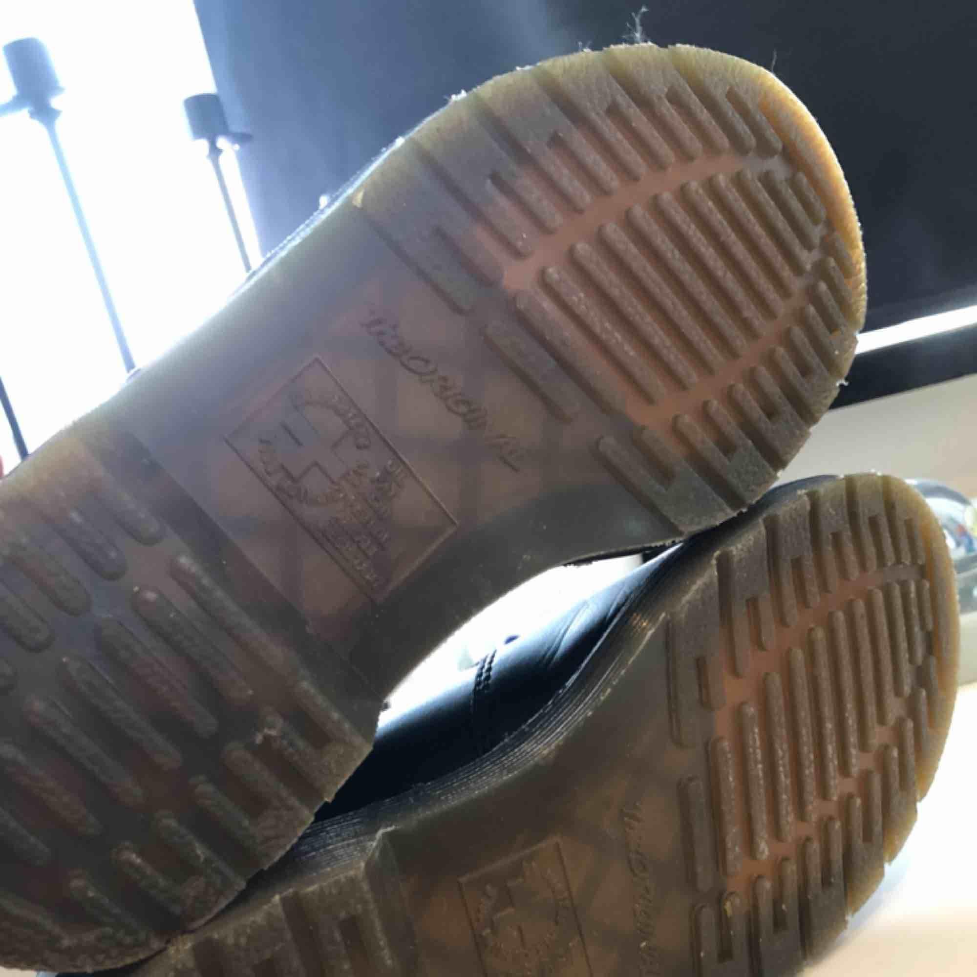 Säljer ett par Dr Martens Chelsea boots som inte kommit till användning, endast vid ett tillfälle. De är så gott som nya. Nypris ca 1800:- Det är storlek 37 men passar 36/37.. Skor.